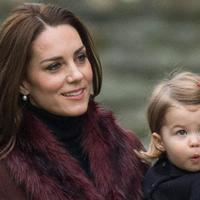 """Kate Middleton na spacerze z Louisem i Charlotte w Kensington Gardens. Jak wygląda """"po godzinach""""?"""