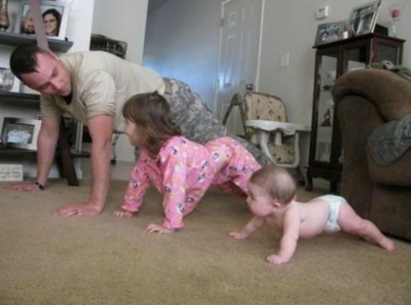 Podobno mężczyzna nie potrafi zająć się dzieckiem. Obalamy ten mit! Ci ojcowie zrobią wszystko dla swoich maluchów!