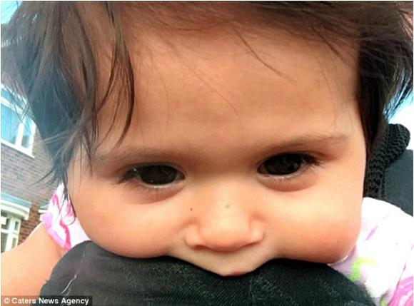 Ma 8 miesięcy i... włosy do RAMION! Kiedy się urodziła, wszyscy myśleli, że nosi perukę