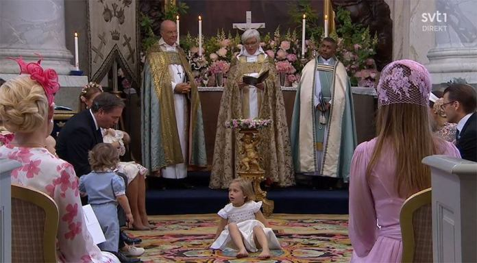 """Chrzest szwedzkiej księżniczki: starsze rodzeństwo prawie """"rozniosło"""" kościół. Te filmiki to HIT SIECI!"""