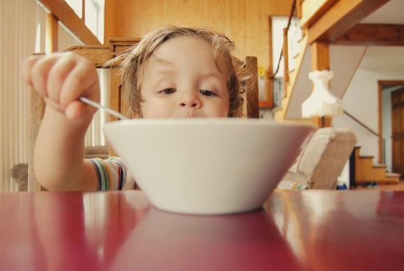 Pocieszanie i nagradzanie dziecka słodyczami może odpowiadać za otyłość w dorosłości, przestrzega psycholog