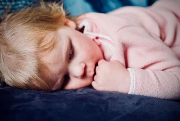 Jak uśpić dziecko i samemu się wyspać? Zdradzamy pięć sprawdzonych sposobów