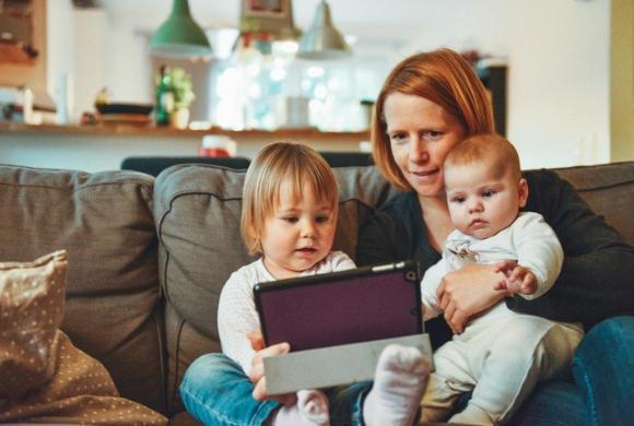 Narodziny drugiego dziecka narażają na szwank zdrowie psychiczne matek - wykazali australijscy uczeni