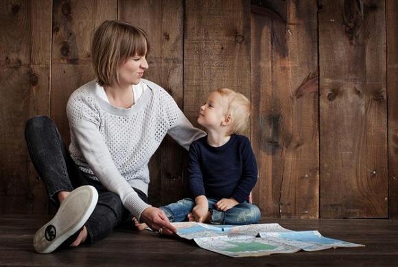 Dzieci wychowywane przez samotnego rodzica nie są mniej szczęśliwe od dzieci z rodzin pełnych, ustalili badacze