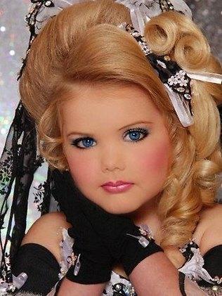 Odważny makijaż, fryzury, tpisy. Te dziewczynki walczą w konkursach piękności, spełniając ambicje rodziców. Przesada?