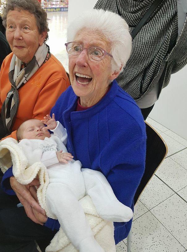Dziadkowie, którzy po raz pierwszy widzą swoje wnuki. Galeria zdjęć, które wywołują łzy wzruszenia!