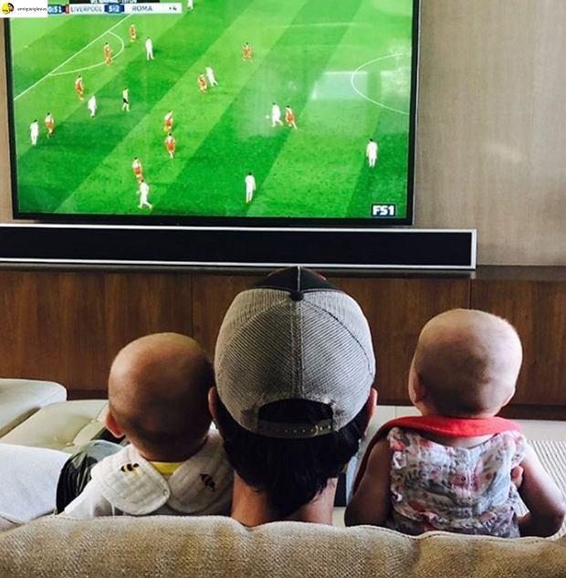 """Enrique Iglesias z bliźniakami oglądają Mundial 2018. """"Cudowny widok!"""""""
