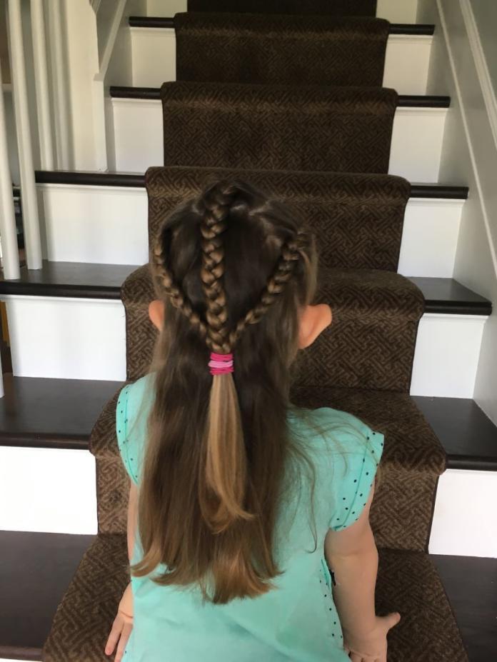 Masz w domu małą fashionistkę? Wypróbuj pomysły pewnej mamy, na urocze fryzurki szkolne dla Twojej pociechy!