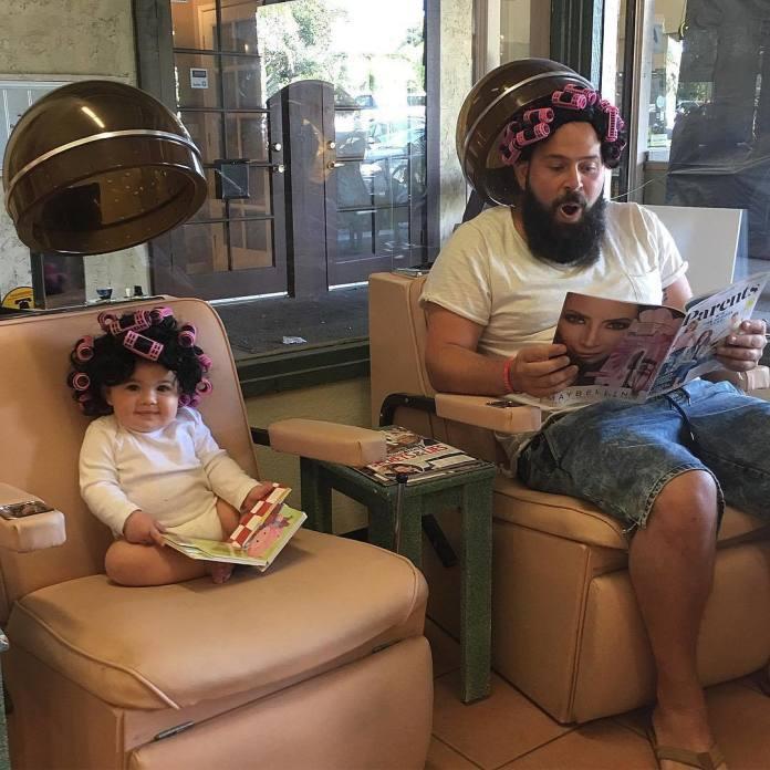 Każde dziecko ma album ze zdjęciami, ale ten tata postanowił stworzyć dla swojej córki coś wyjątkowego - urocze!