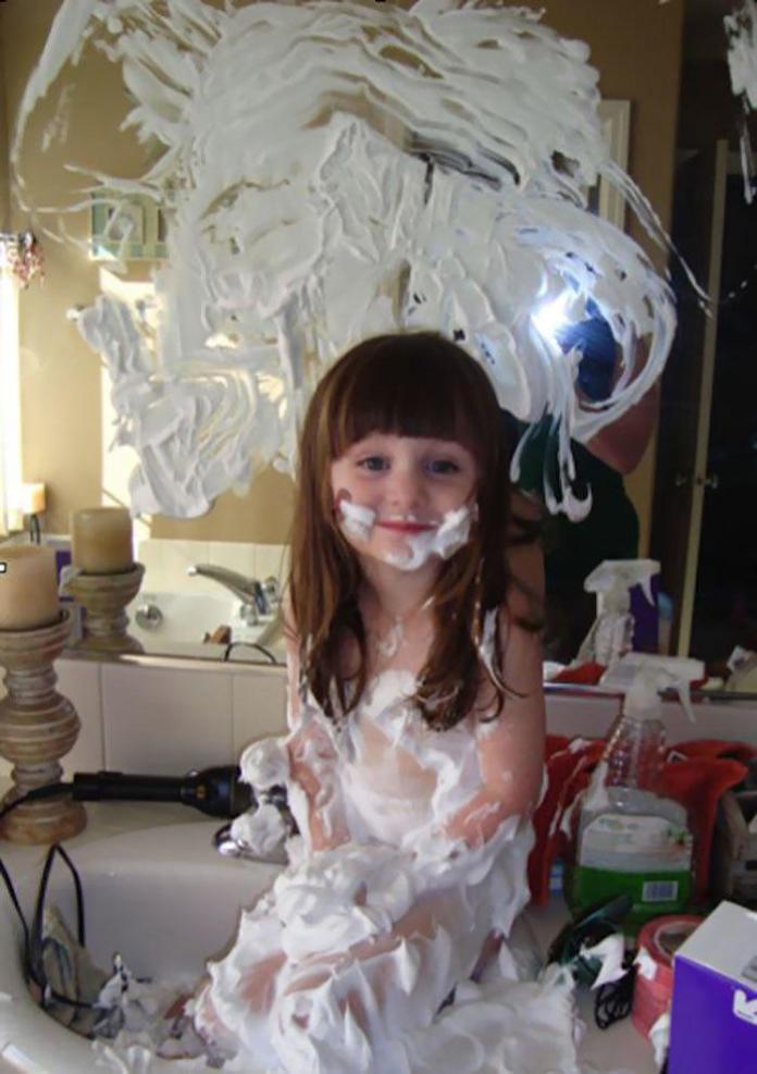 Co się dzieje, kiedy rodzic na chwilę spuszcza dziecko z oka? Te zdjęcia kładą na łopatki!