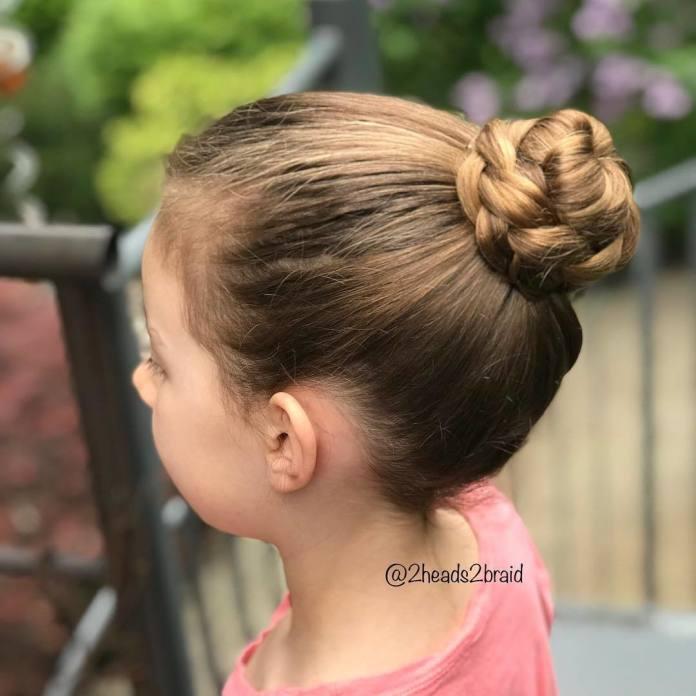 Modne fryzurki dla dziewczynek na wiosnę i lato - galeria trendów