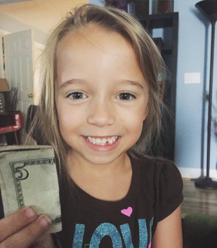 Obcięła i pofarbowała włosy swojej kilkuletniej córce. Internauci twierdzą, że nieźle przesadziła!