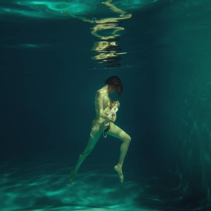 Urodziła synka, który nie miał szansy na życie. Teraz fotografuje porody w falach oceanu. Spokojne, piękne, niepokojące