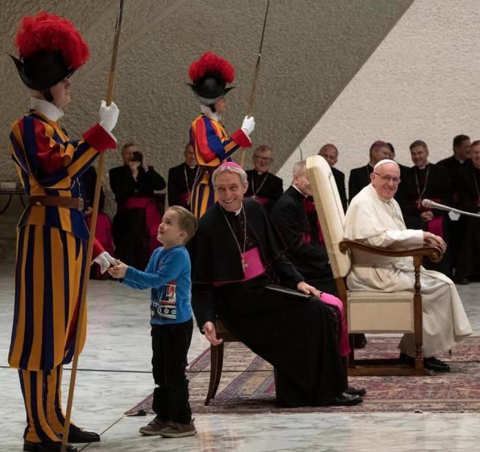 5-letni chłopiec podbił serca internautów. Wzruszające zachowanie papieża Franciszka