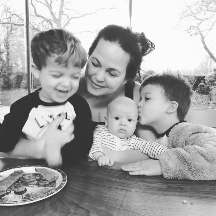 Mama w sprytny sposób nauczyła dziecko jeść warzywa! Zobaczcie nagranie!