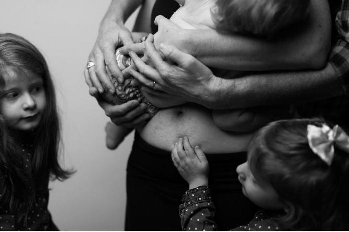 Postanowiła pokazać niefiltrowaną stronę macierzyństwa - pomaga kobietom pokochać siebie po ciąży