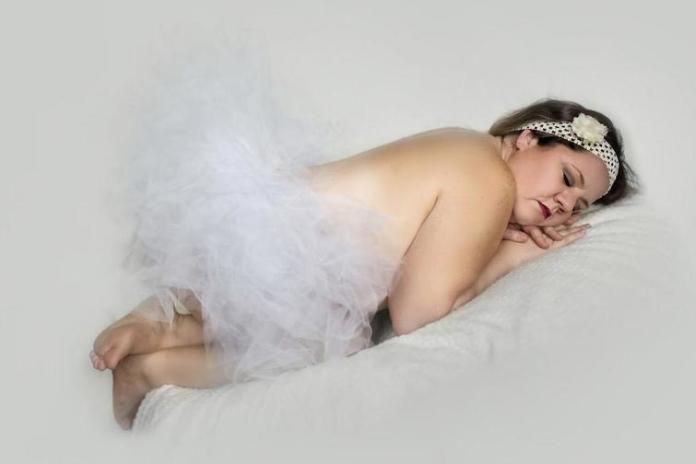 Zabawne zdjęcia 34-latki, która przyjęła pozy jak noworodki. Słodkie czy żenujące?