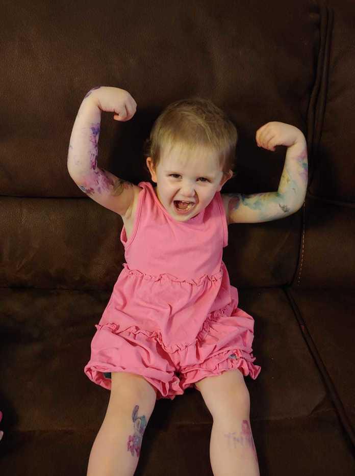 """Ta trzylatka spełniła swoje marzenie! Ma teraz """"rękawy"""" jak jej tata. Zobaczcie jej wizytę w profesjonalnym studio tatuażu!"""